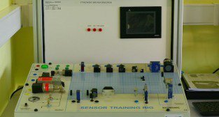 Laboratorium Technik Mechatronik. Stanowisko sensorów.