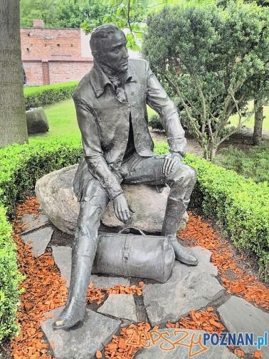 Pomnik Karola Marcinkowskiego przy I LO Foto: CC/wikipedia