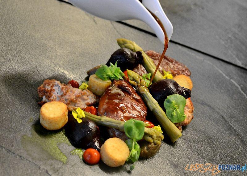 Hugo Restaurant_ Policzki Świnki Złotnickiej, Szparagi, Bakłażan, Buraczki i Trzustkawi (2)  Foto: materiały prasowe