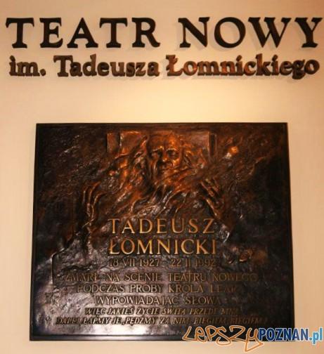 Teatr_Nowy_w_Poznaniu - tablica Taeuza Łomnickiego Foto: wikipedia