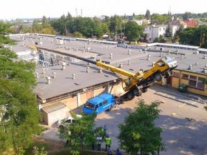 Wywrócony dźwig na osiedlu Pod Lipami (16.07.2014) Foto: lepszyPOZNAN.pl / Marta Samól