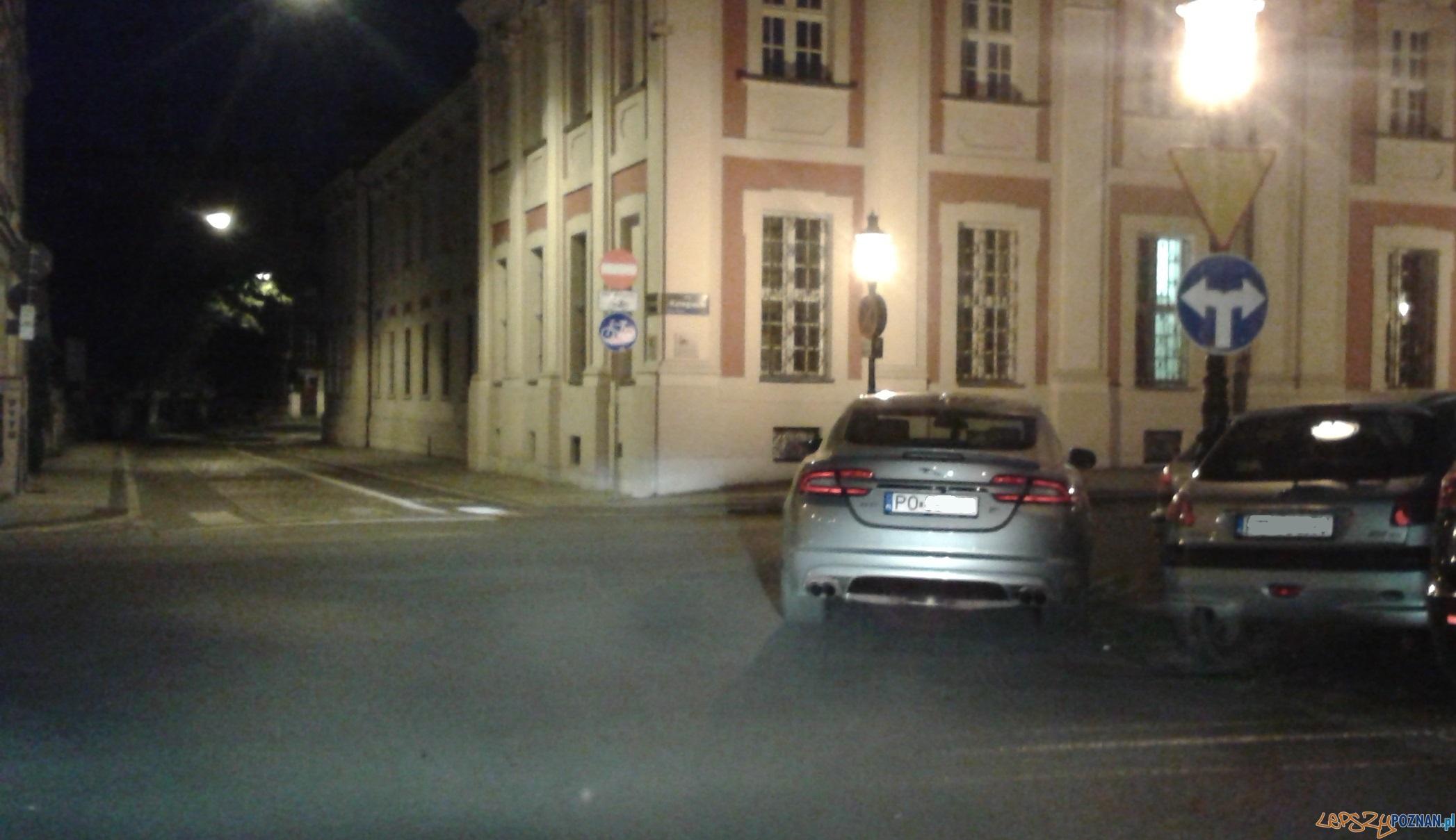 Parkujący jaguar na Placu Kolegiackim - Poznań 05.08.2014 r.  Foto: gsm