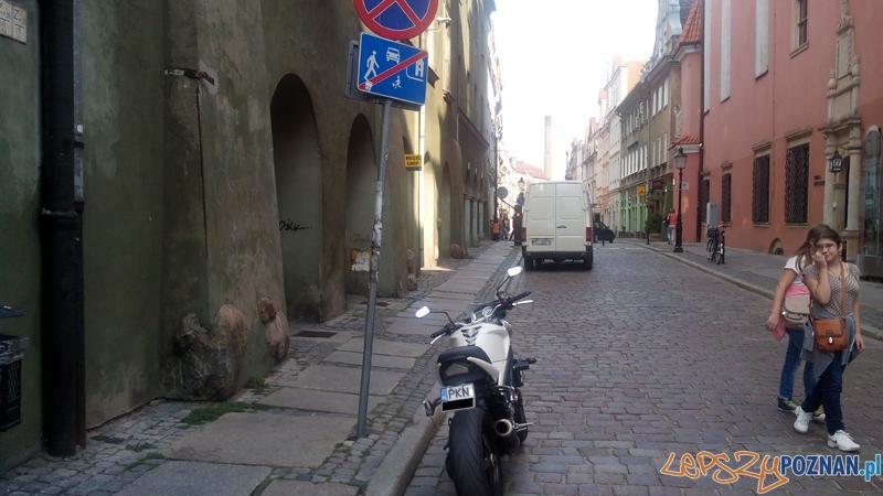 Motocykle parkują gdzie popadnie  Foto: news@lepszypoznan.pl