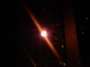 Nocny pożar na os. Orła Białego Foto: www.fb.com/OrlaBialego24 / Mateusz Wawrowski