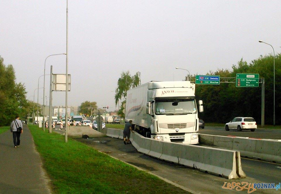 Tir zablokowal wjazd na Krzywoustego  Foto: Janek M