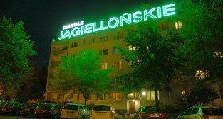 Jeden z ostatnich działających neonów na Ratajach – Osiedle Jagiellońskie blok nr 1-2