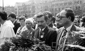 L. Walesa i Z. Rozwalak 28.08.1981 pod pomnikiem Poznanskiego Czerwca Foto: Cyryl