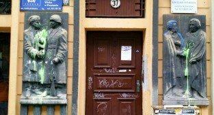 Płaskorzeźby na Ratajczaka - dawna Księgarnia Przyjaźń