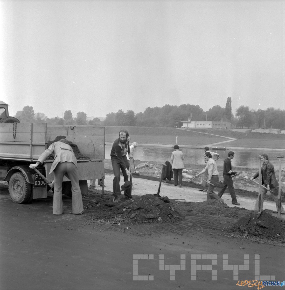 Prace w ramach czynu partyjnego porządkujące teren pod przyszły park nad Wartą na Ratajach 21.05.1978 Foto: Cyryl