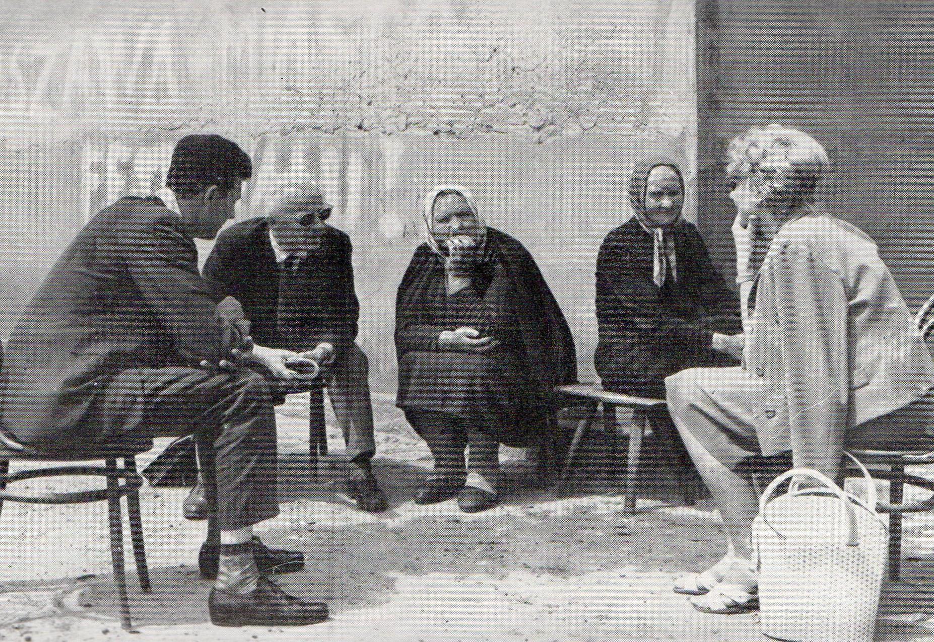 Józef Burszta we wsi Kopojno podczas badań etnograficznych