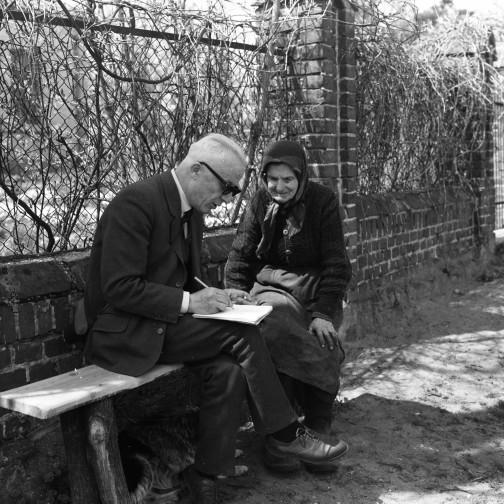 Józef Burszta podczas wywiadu z mieszkanką Krzymowa w powiecie Słupeckim