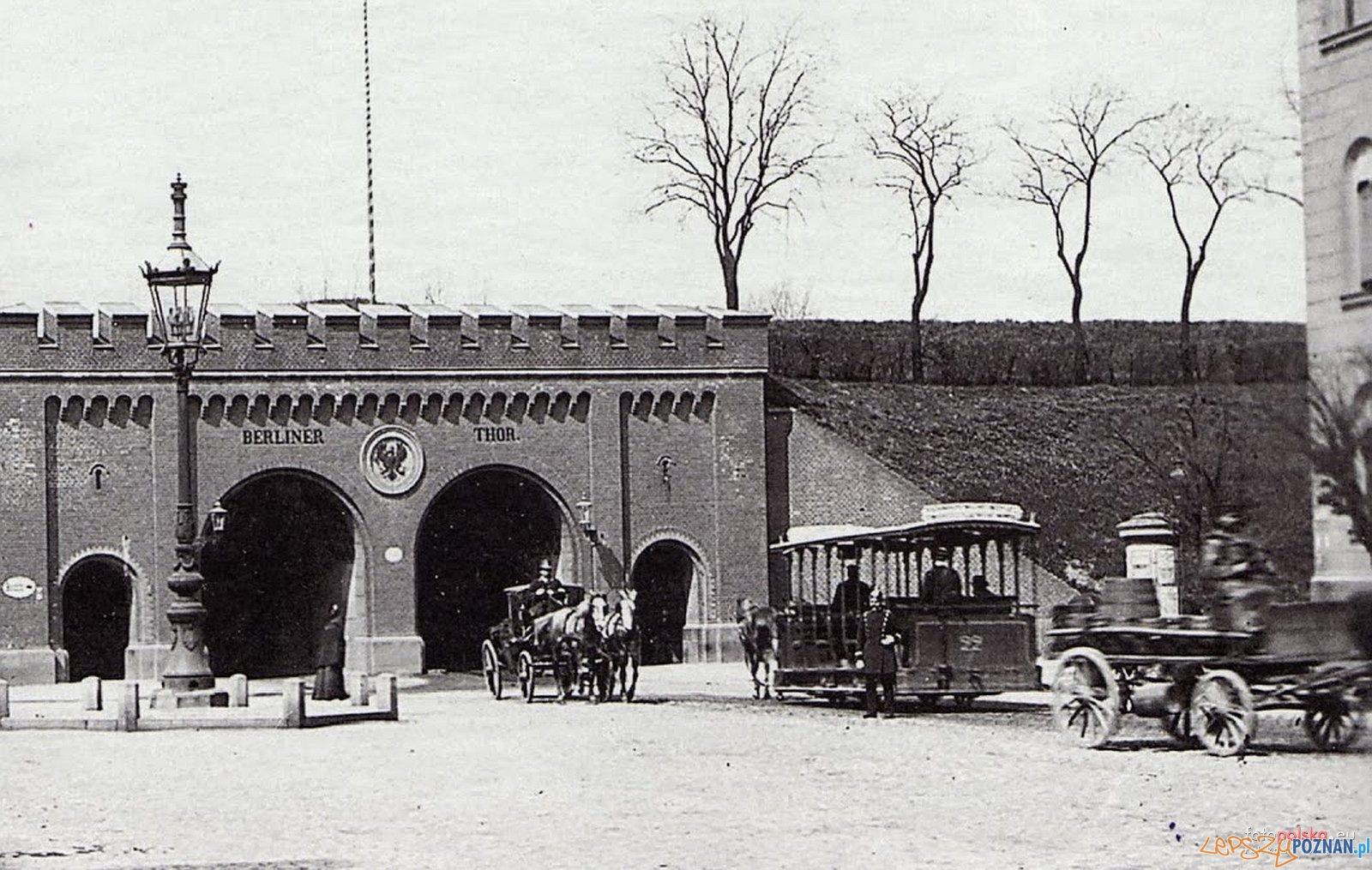 Brama Berlińska, zdjęcie wykonane od strony centrum miasta - w kierunku zachodnim w stronę Jeżyc - rok 1900  Foto: fotopolska