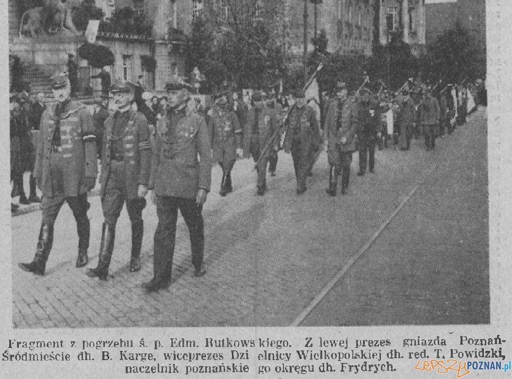 """Tadeusz Powidzki (w środku) w mudurze Towarzystwa """"Sokół"""""""