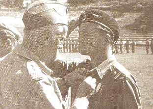 Gen. Sosnkowki -Wódz Naczelny dekoruje mjr Zbigniewa Kiedacz krzyżem orderu Virtuti Militari.