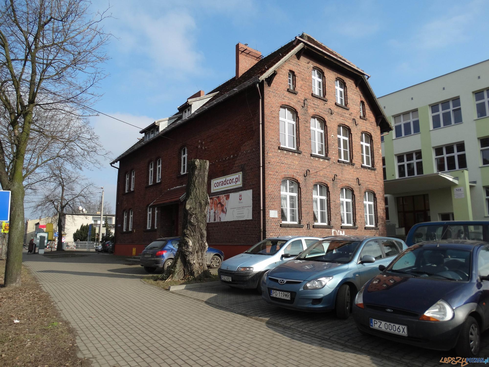 Budynek dawnej szkoły elementarnej w Luboniu