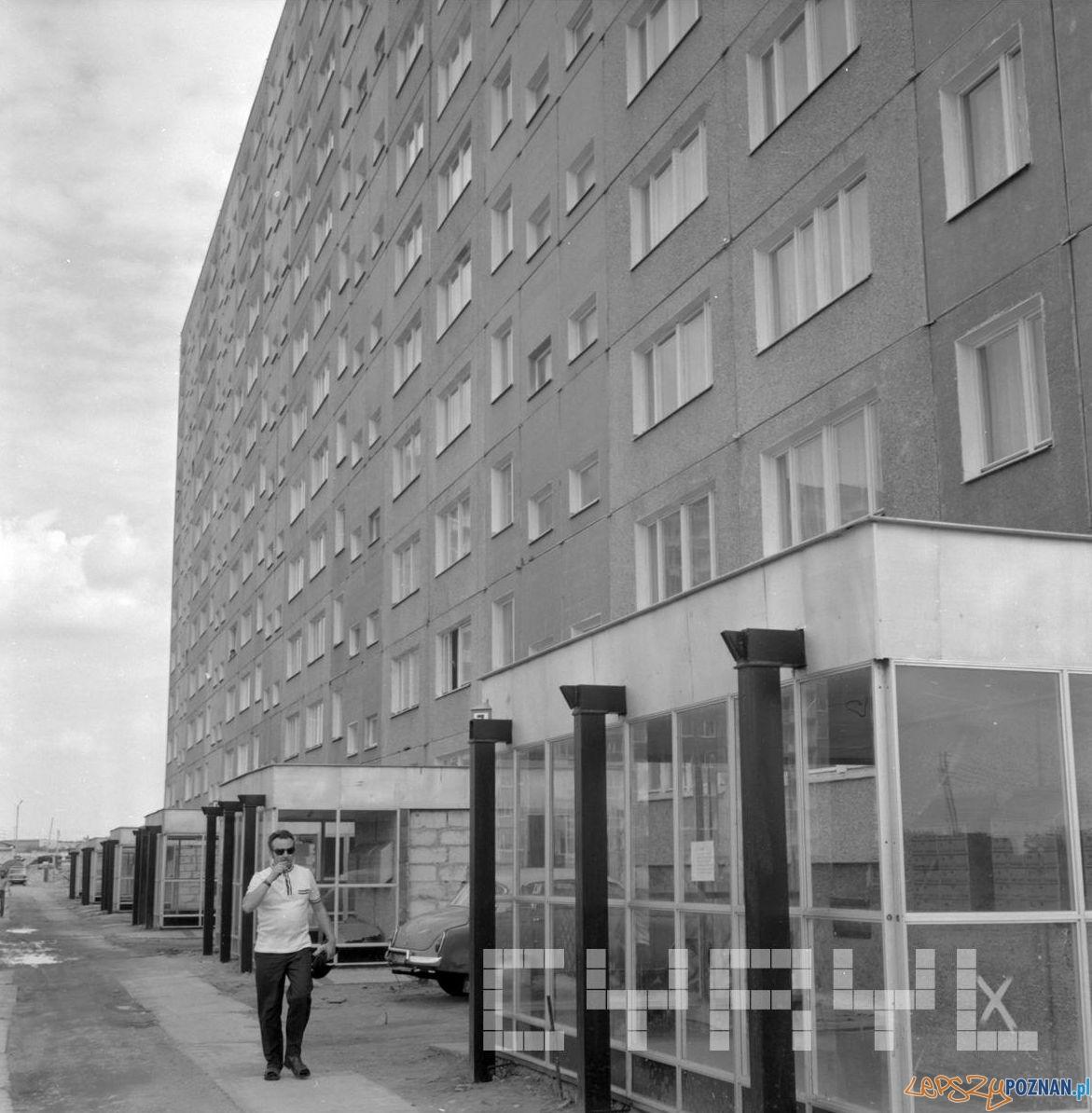 Nowy blok na Osiedlu Kopernika - 1976  Foto: St. Wiktor - Cyryl