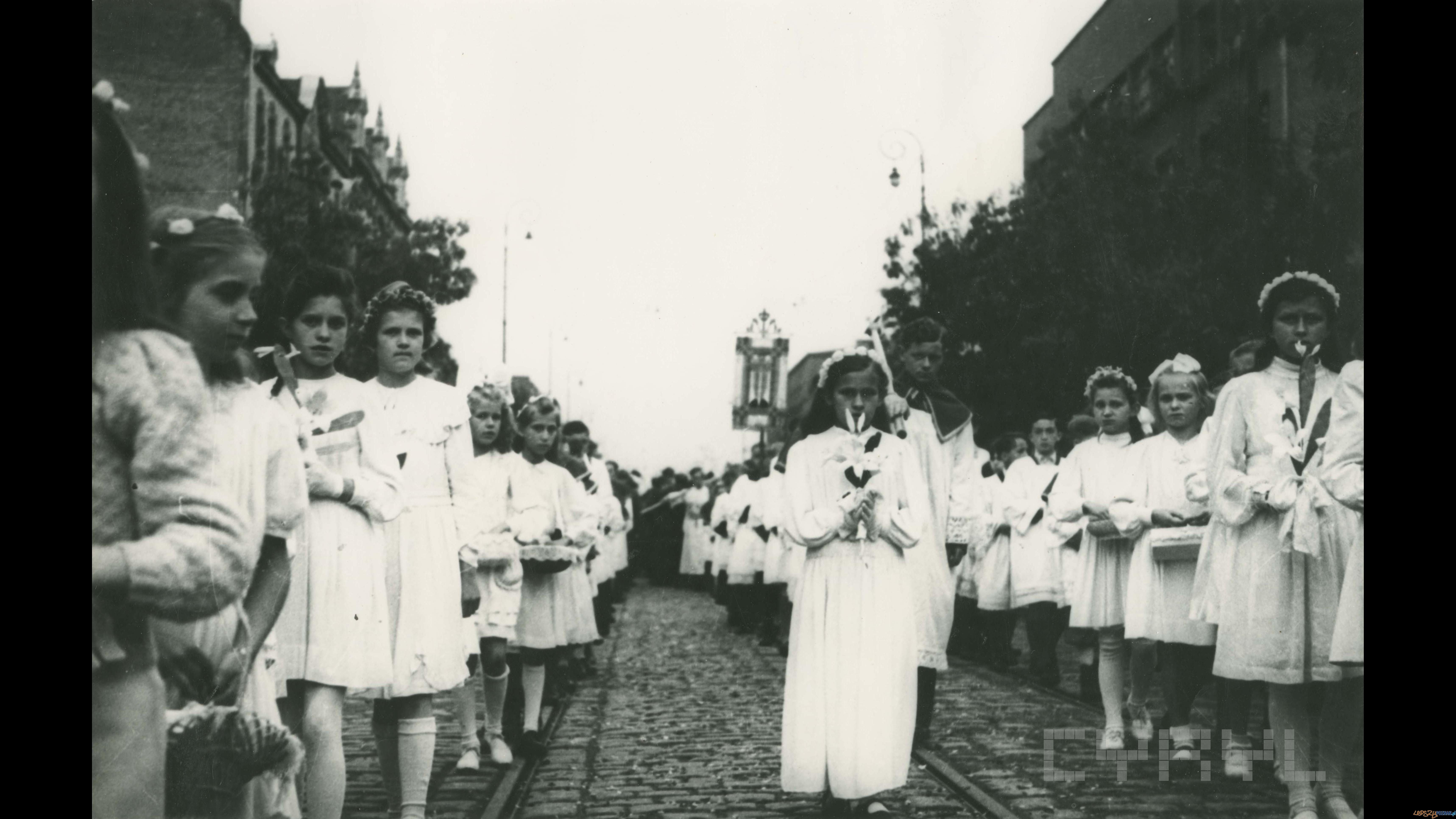 Pierwsza powojenna procesja Bożego Ciała na ul. Marszałka Focha (obecnie ul. Głogowska)  |  31.05.1945  Foto: