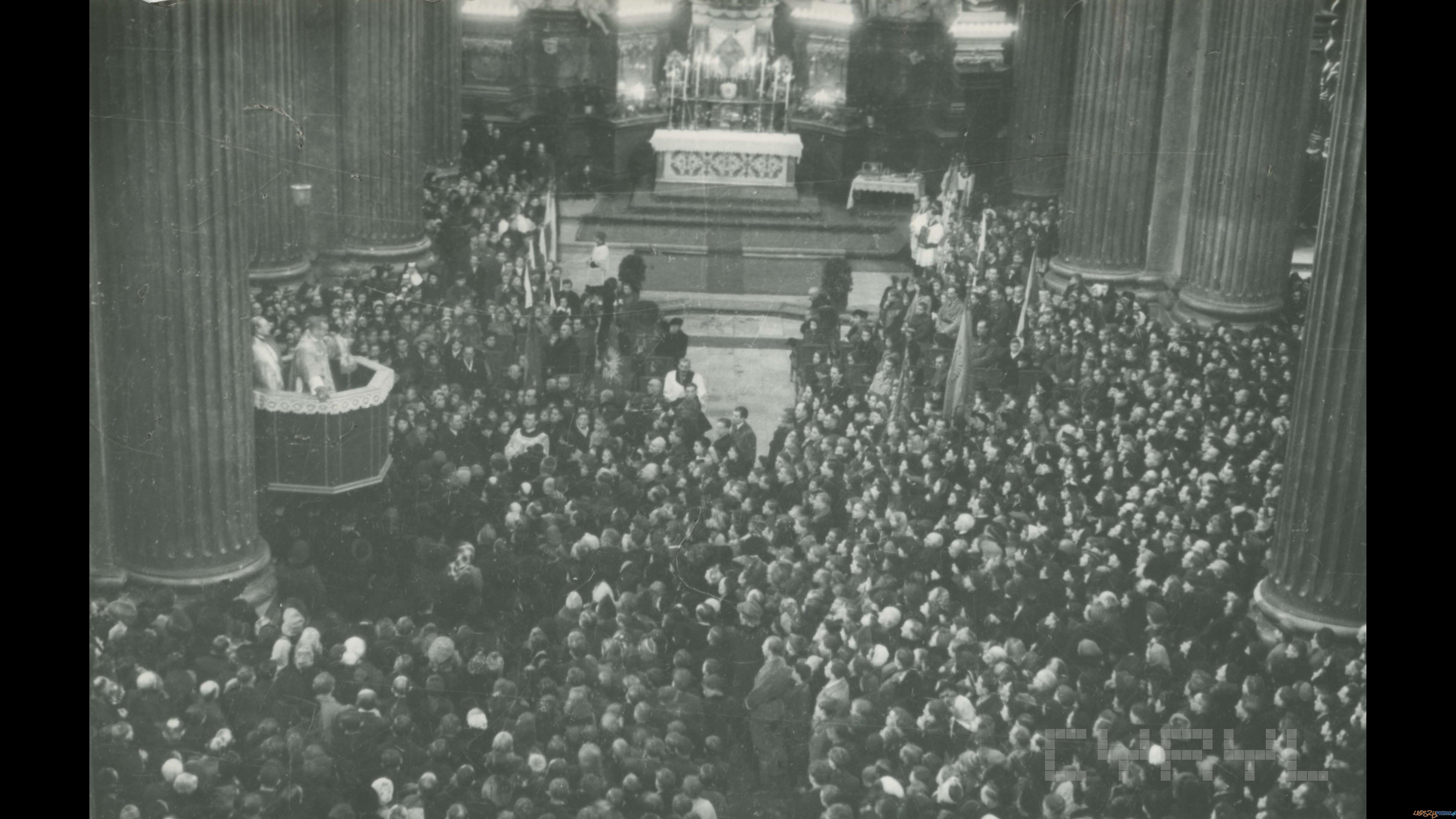 Pierwsza powojenna procesja Bożego Ciała na Rynku Łazarskim  |  31.05.1945  Foto: