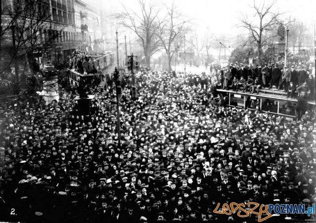 Plac Wolnosci - poznaniacy sluchają przemowienia Paderewskiego  Foto: Wielkopolskie Muzeum Walk Niepodległościowych