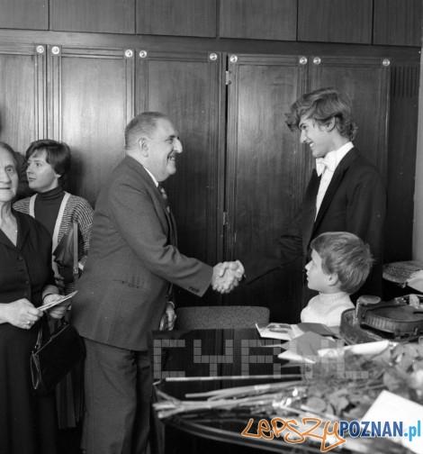 Jarzy Waldorff gratuluje skryzypkowi Piotrowi Milewskiemu - 1978
