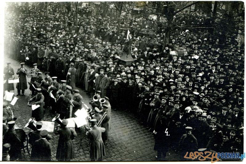 Koncert uliczny pierwszej polskiej orkiestry wojskowej przed Hotelem Bazar; Poznań, styczeń 1919, Zbiory MNP-WMW  Foto: