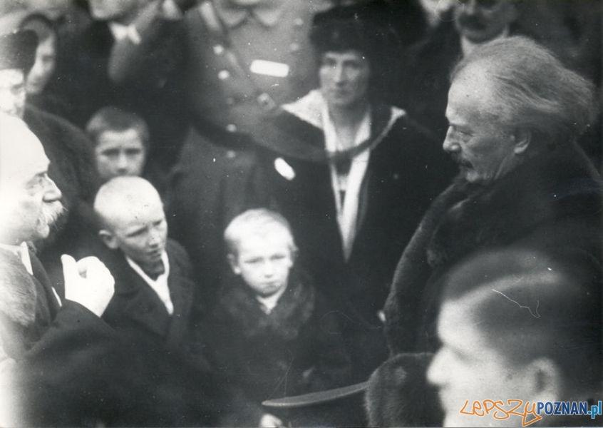 Ignacy Jan Paderewski w rozmawia z Poznaniakami.