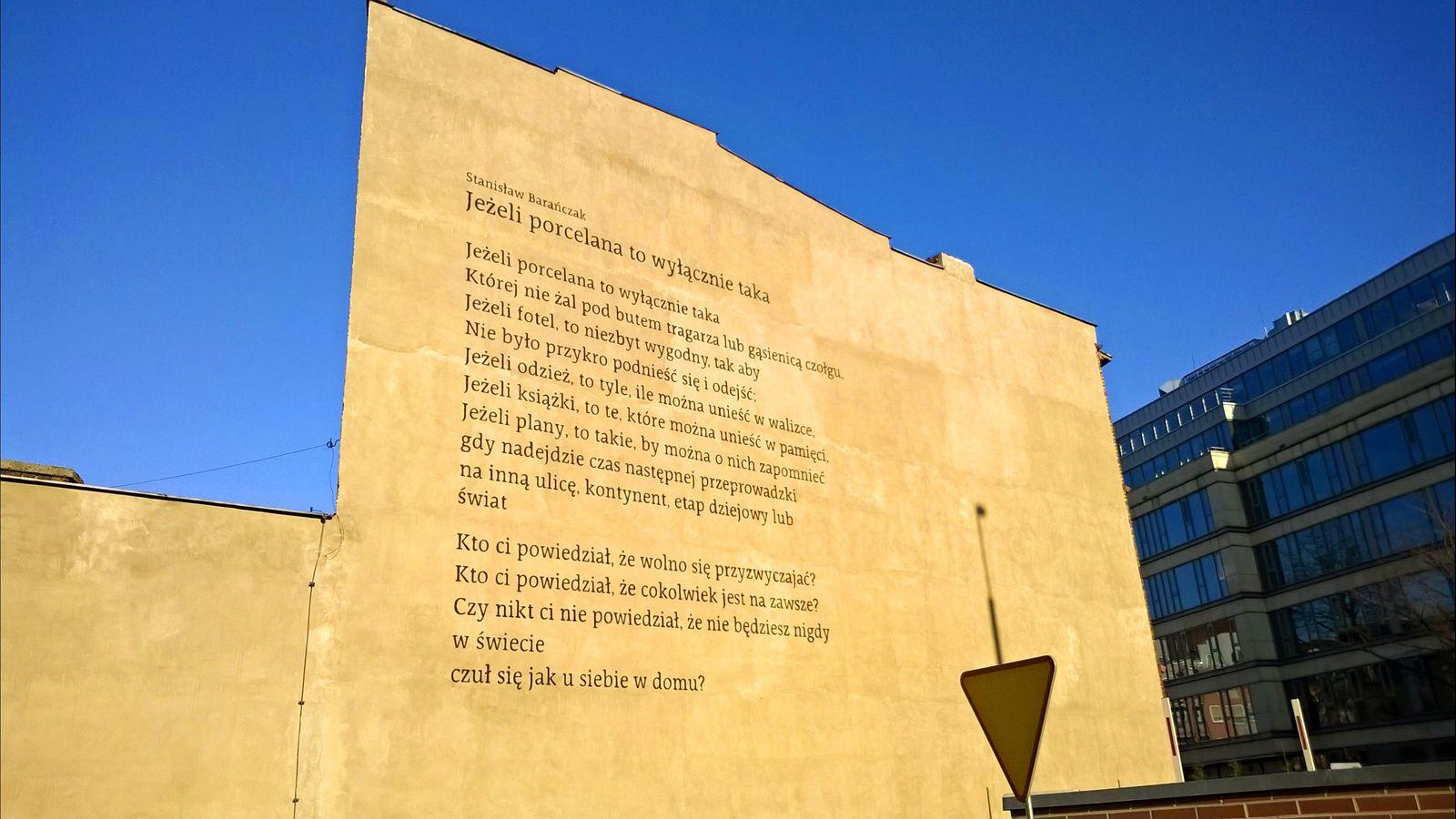 Mural z poezją Barańczaka przy ulicy Szyperskiej  Foto: Tomasz Dworek