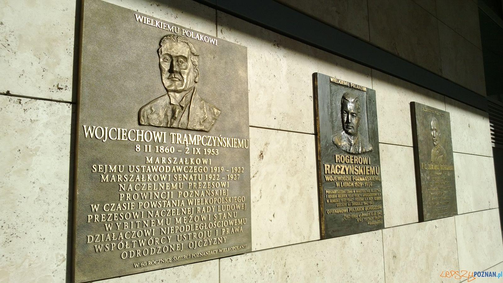 Tablica pamiątkowa Wojciecha Trąmpczynskiego na budynku Urzędu Wojewódzkiego
