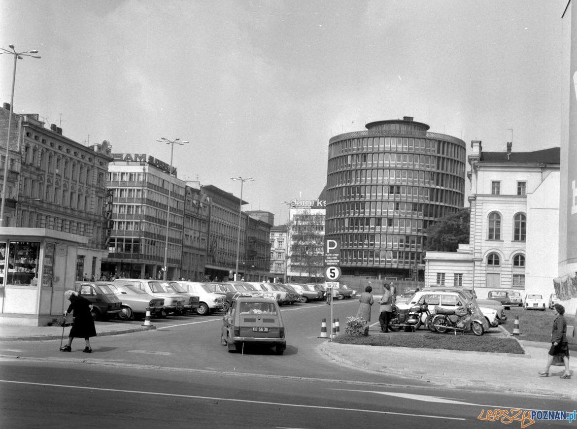 Parking przed Okrąglakiem 1979