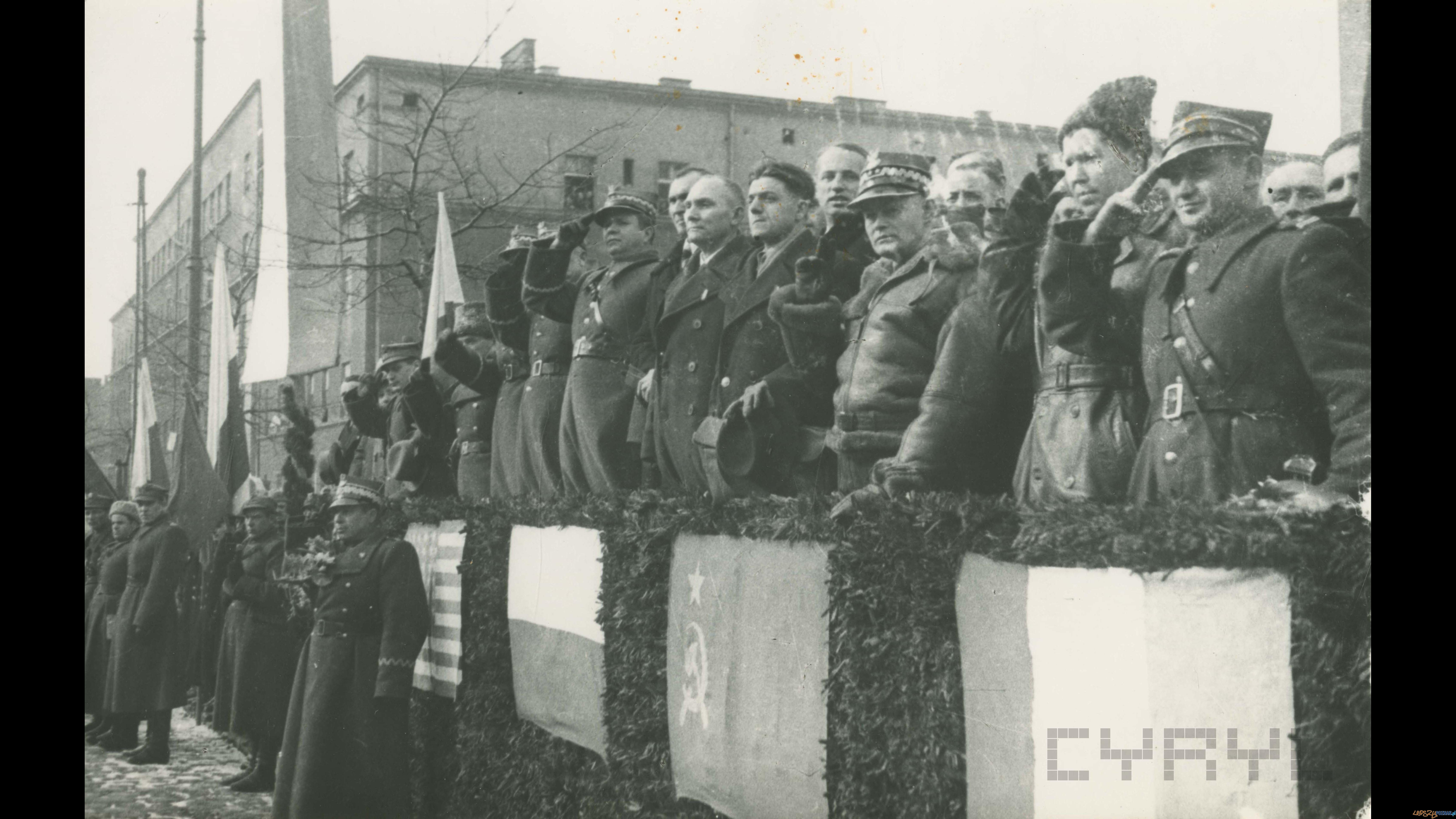 Trybuna honorowa na ul. Marszałka Focha (dziś Głogowska) - defilada z okazji wkroczenia do Poznania II Armii Wojska Polskiego i armii sowieckiej 7.03.1945