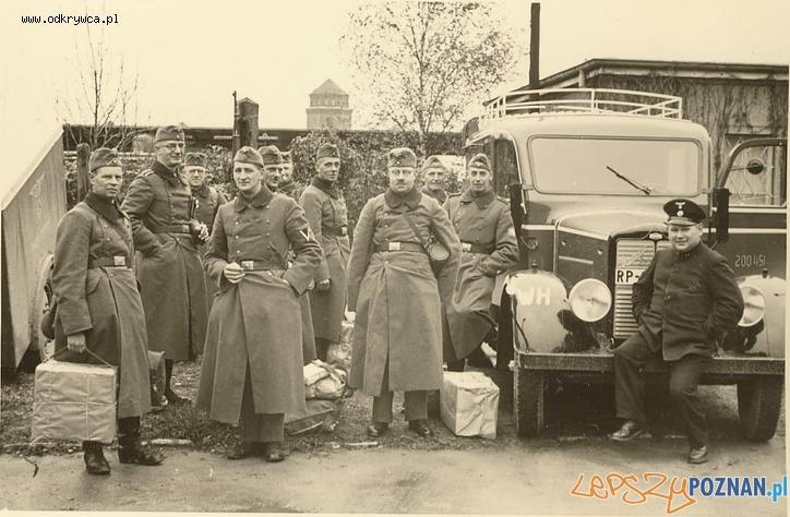 Niemieccy żołnierze w Poznaniu w tle wieża Rzeźni przy Garbarach