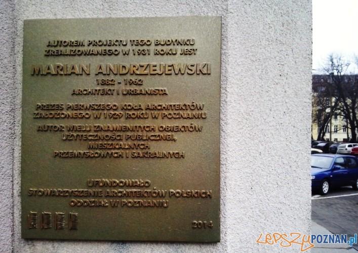 Tablica upamiętniająca architekta budynku ZUS Mariana Andrzejewskiego