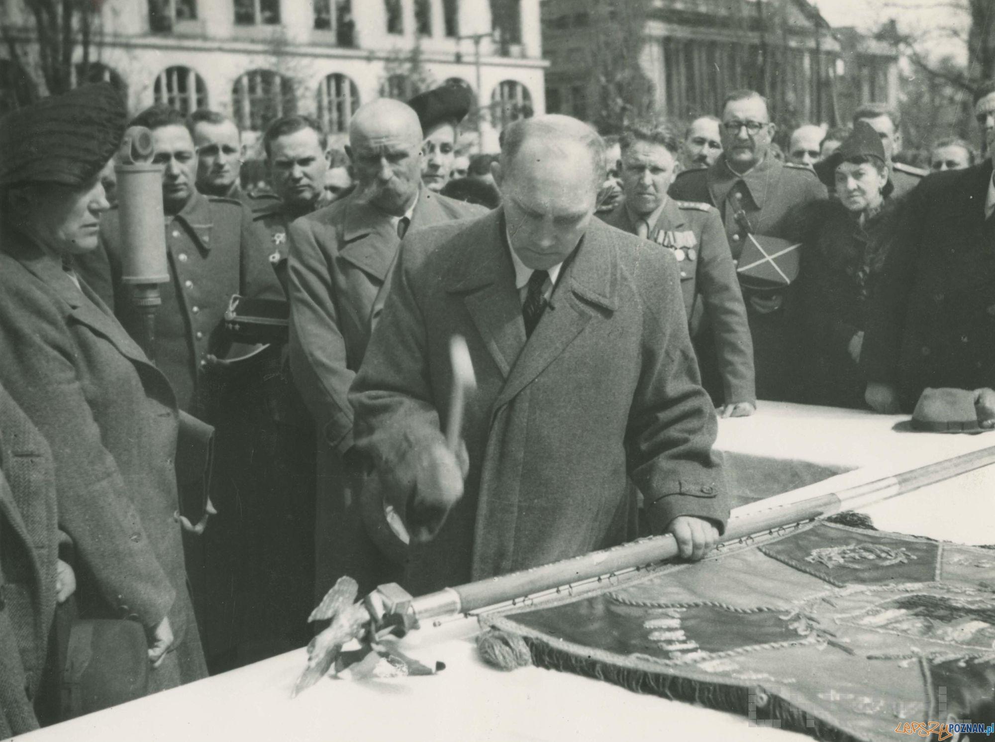 Prezydent Poznania Feliks Maciejewski wbija pamiątkowe gwoździe w drzewiec sztandaru 3. brygady pancernej II Armii Wojska Polskiego w czasie ceremonii na placu Wolności - 22.04.1945