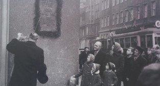 Odsłonięcie tablicy przy Alejach Marcinkowskiego, w miejscu w którym mieścił się hotek, w którym mieszkał Adam Mickiewicz