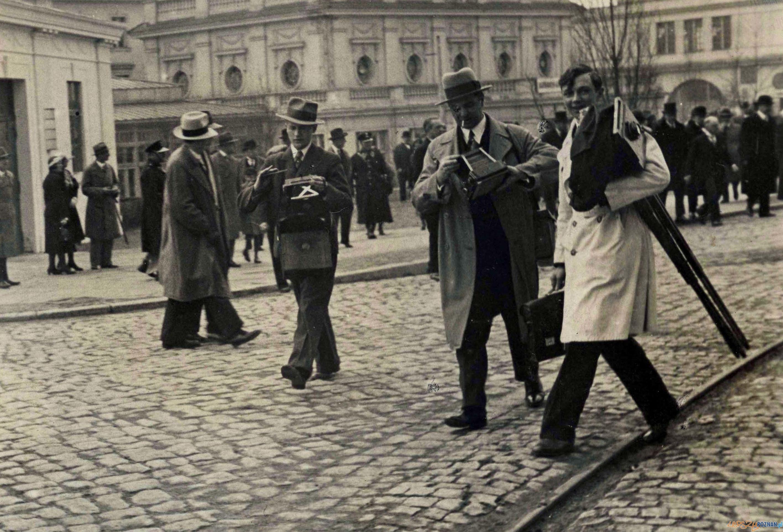Zbigniew Zielonacki na Targach (drugi od lewej) - maj 1933