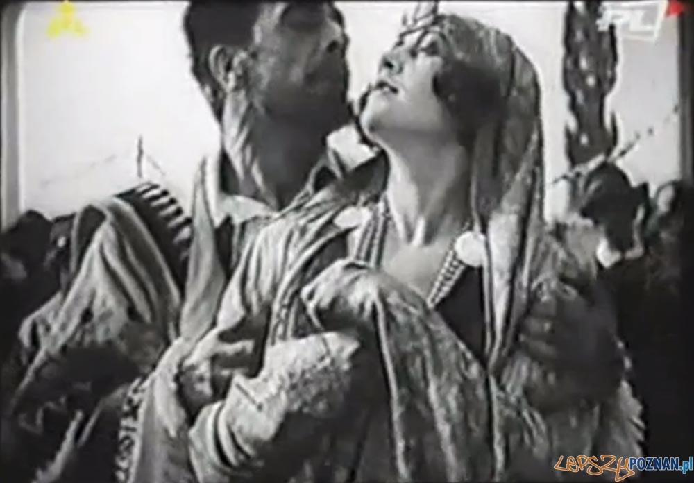 Kadr z filmu Cyganka Aza