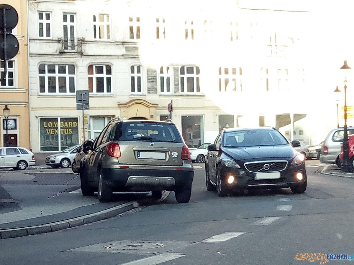 Parkowane przy Placu Kolegiackim - Poznań 07.02.2016 r.  Foto: Paweł