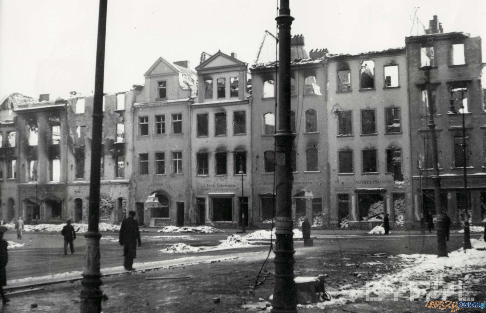 Wschodnia pierzeja Starego Rynku - poczatek 1945 r.