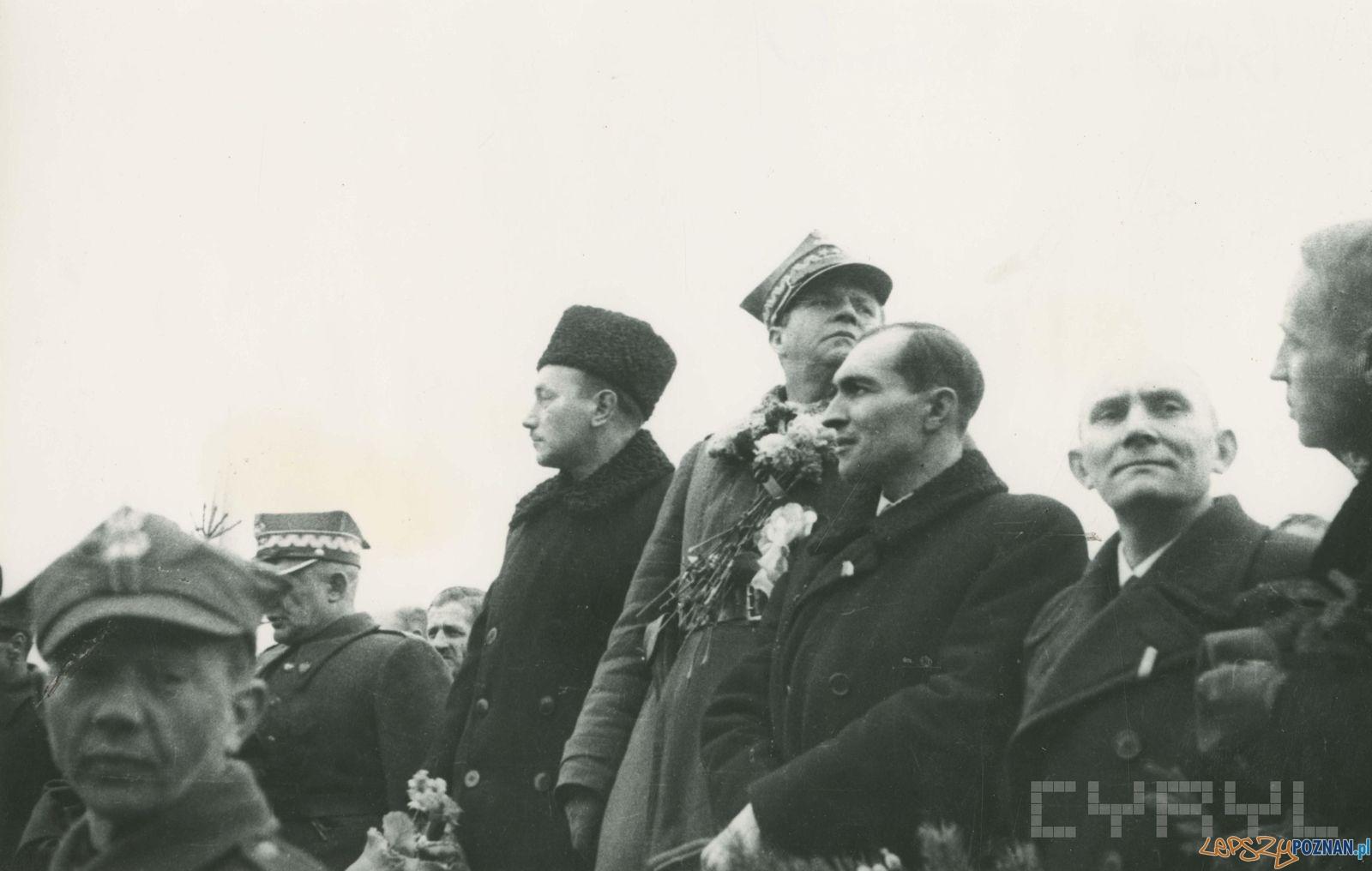 Prezydent KRN Bolesław Bierut i marszałek Michał Rola Żymierki przyjmują defiladę odziałów Wojska Polskiego na Pl. Zamkowym (dziś Mickiewicza) - 8.03.1945