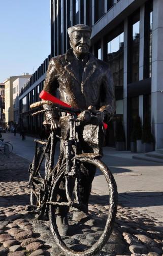 Stary Marych z czerwoną pałeczką zachęca do charytatywnego biegania