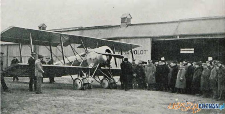 Samolot szkolny Hanriot H-28 w czasie uroczystości chrztu lotniczego w Wielkopolskiej Wytwórni Samolotów, 22.02.1925 r. (Źródło: Lotnik nr 4-5/1925).
