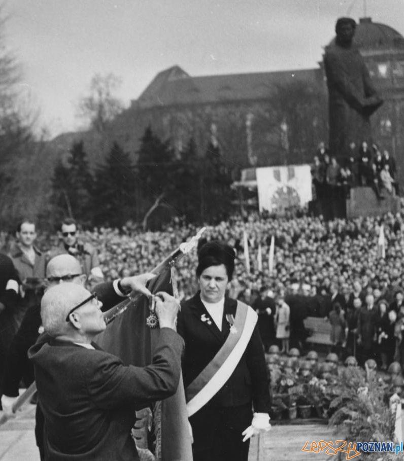 Gomułka dekoruje sztandar miasta Poznania medalem Budowniczych Polski Ludowej 16.04.1966