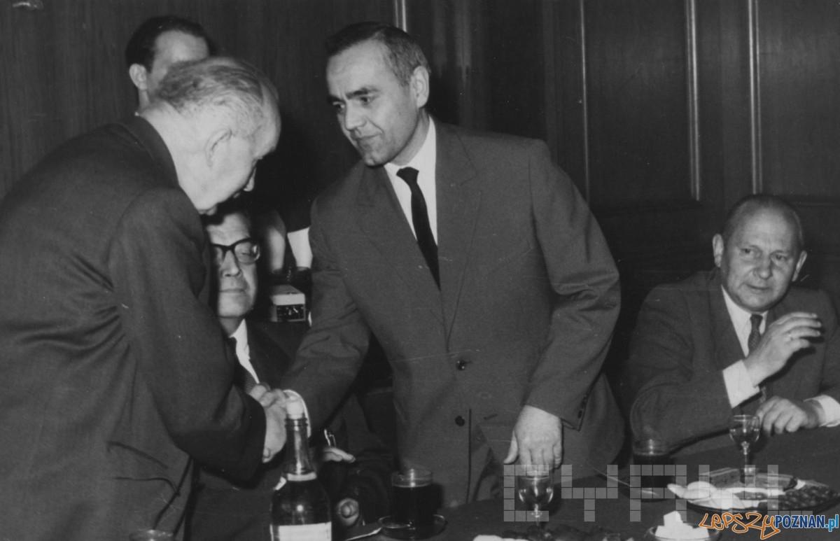 Jerzy Kusiak gratuluje prof Józefowi Kostrzewskieemu - koniec lat 60.tych