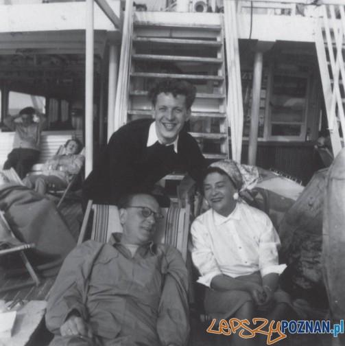 Od lewej Artur Maria Swinarski, NN i Magdalena Samozwaniec podczas rejsu statkiem do Leningradu 1956 korespondencja M Samozm