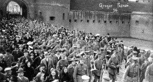 Brama Warszawska na Śródce - mieszkańcy Poznania w przemarszu nad Maltę 3.05.1919