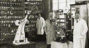 Prof. Julian Rafalski w (w środku) w swojej ksylotece
