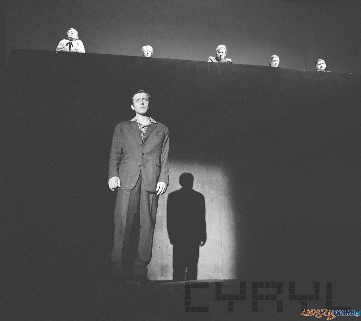 Lech Łotocki w spektaklu Oskarżony: Czerwiec Pięćdziesiątsześć w Teatrze Polskim - czerwiec 1980