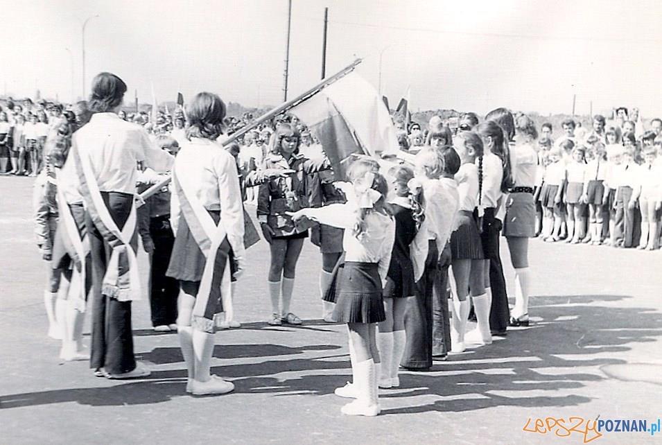 Rozpoczęcie roku szkolnego w Szkole Podstawowej nr 19 na Osiedlu Oświecenia - rok 1975