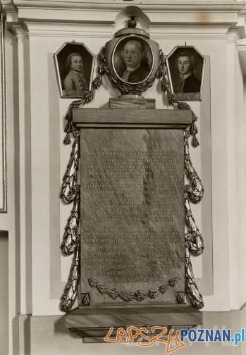 Epitafium Zygmunta Fryderyka Goebla z portretem zmarłego i jego dwóch synów Piotra Daniela i Jana Zygmunta w kościele Wszystkich Świętych - rok 1930