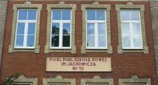 Szkoła podstawowa na ul. Jarochowskiego - historyczny napis na budynku